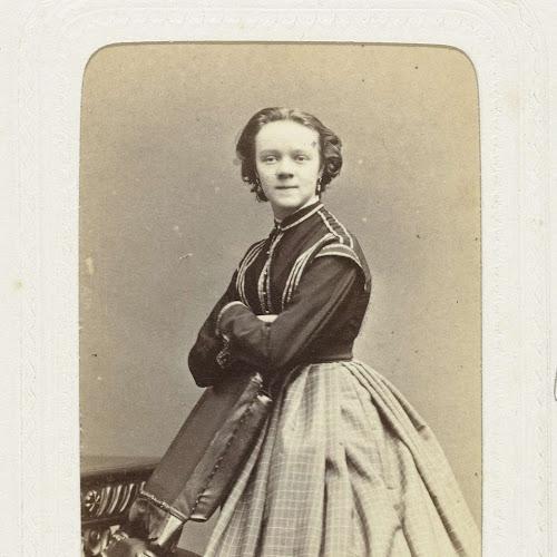 7418e1a8eb3d25 Studioportret van een jonge vrouw in een lange bolle rok