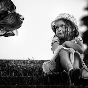 Don't be afraid, I just wanna be your friend... by Roman Mordashev - Babies & Children Children Candids ( roman mordashev photography, i just wanna be your friend..., girl and the dog, children, dog, don't be afraid, portrait )