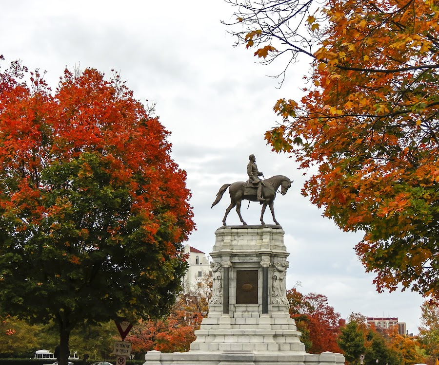 Fall, The Fan & The General by Robby Batte - Buildings & Architecture Statues & Monuments ( general lee, marse robert, heroes, hero, richmond, robert lee, leaves, the fan, robert e. lee, statue, csa, iconic, autumn, fall, traveller, confederate )