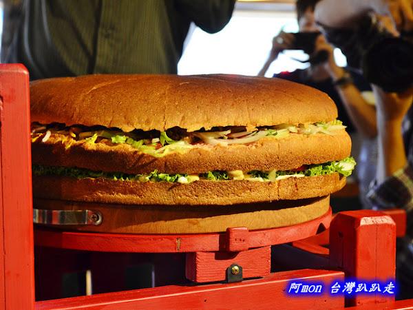 窯烤山寨村~驚人巨無霸級18吋赤魁屁屁漢堡和惡棍櫻桃鴨堡