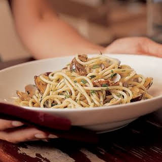 Spaghetti with Clams in Their Shells (Spaghetti alle Vongole Veraci).