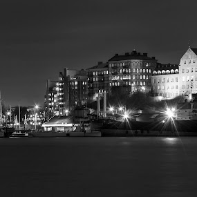 Goteburg by night by Giuseppe Ciaramaglia - Black & White Buildings & Architecture ( goteburg, sea, night, b/n, boat )