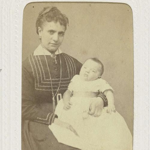 bd25ee03de0829 Studioportret van een vrouw met kind op schoot