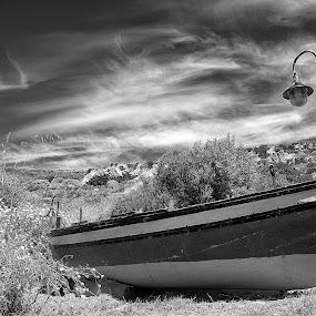 La lampara by Giovanni Bartolomeo - Black & White Landscapes ( lampara, black and white, barca, cielo, sicilia )