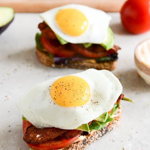 Grilled Avocado BLT with Fried Egg Rezept | Yummly