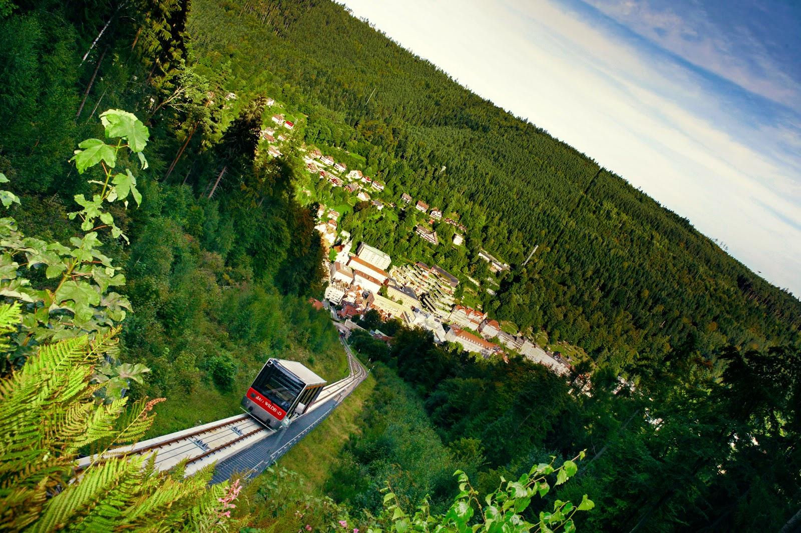 Die Fahrt mit der Bergbahn bietet dir ein beeindruckendes Panorama über die Stadt und das Enztal