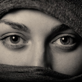 Tuareg by Johannes Oehl - Black & White Portraits & People ( studio, monochrome, girl, oriental, tuareg, woman, sandra, eyes,  )