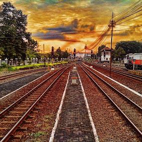 Senja di Stasiun by Lestari El-Surury - Instagram & Mobile Android