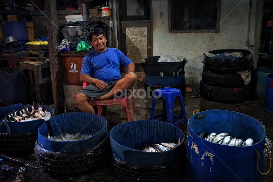 Penjual ikan by Herry Wibowo - People Professional People