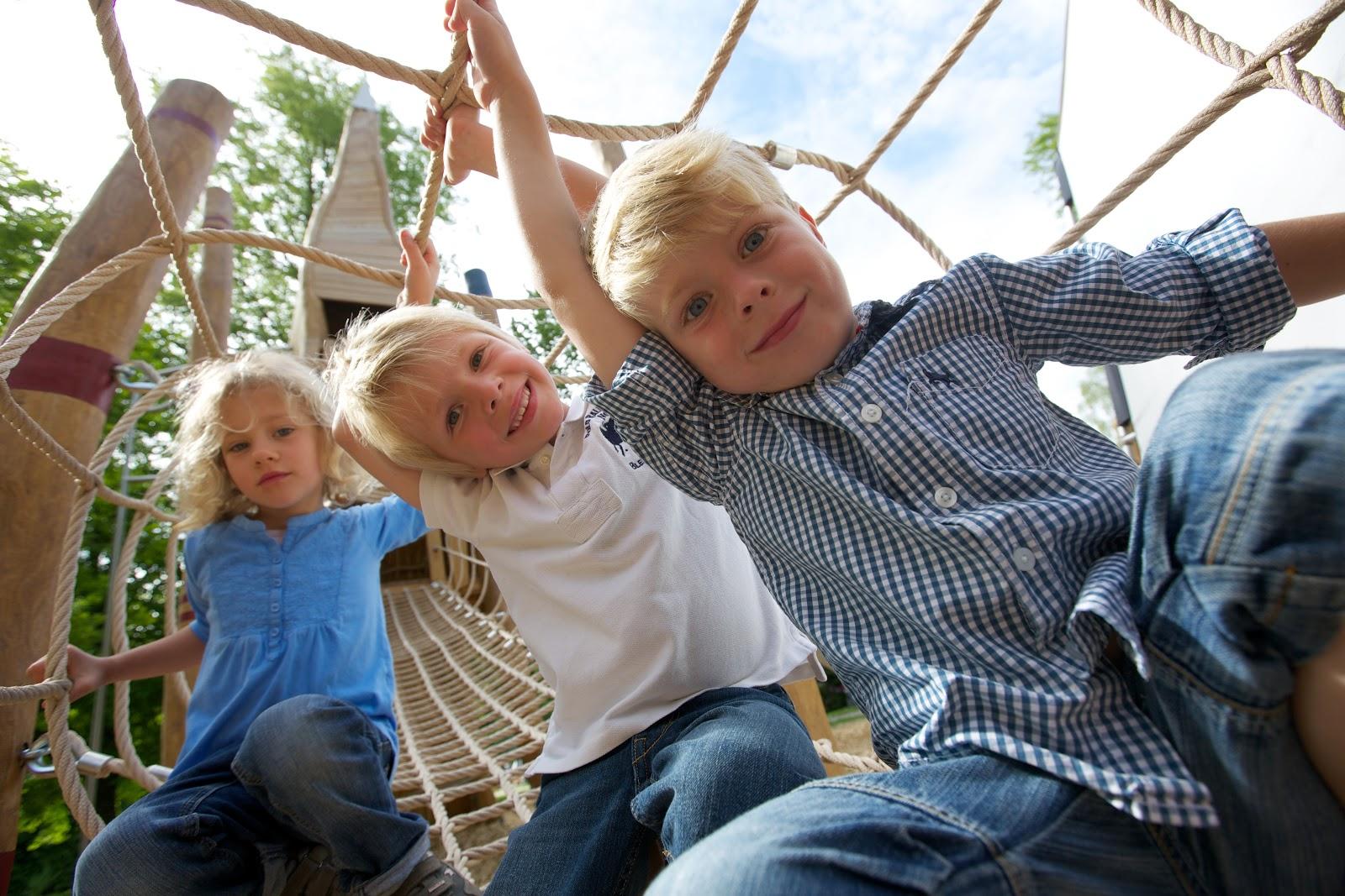 Hier siehst Du mehrere Kinder im Seilgerüst im Generationen-Aktiv-Park in Schömberg