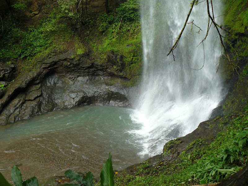 The Tavida is a waterfall 105 feet tall with a spectacular natural pool and cool, clear water.