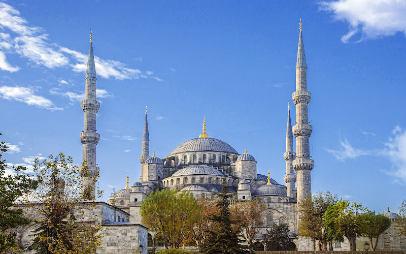 The iconic Sultanahmet Camii, or Blue Mosque, in Istanbul, Turkey.