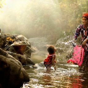 Washing In The River by Pimpin Nagawan - People Street & Candids