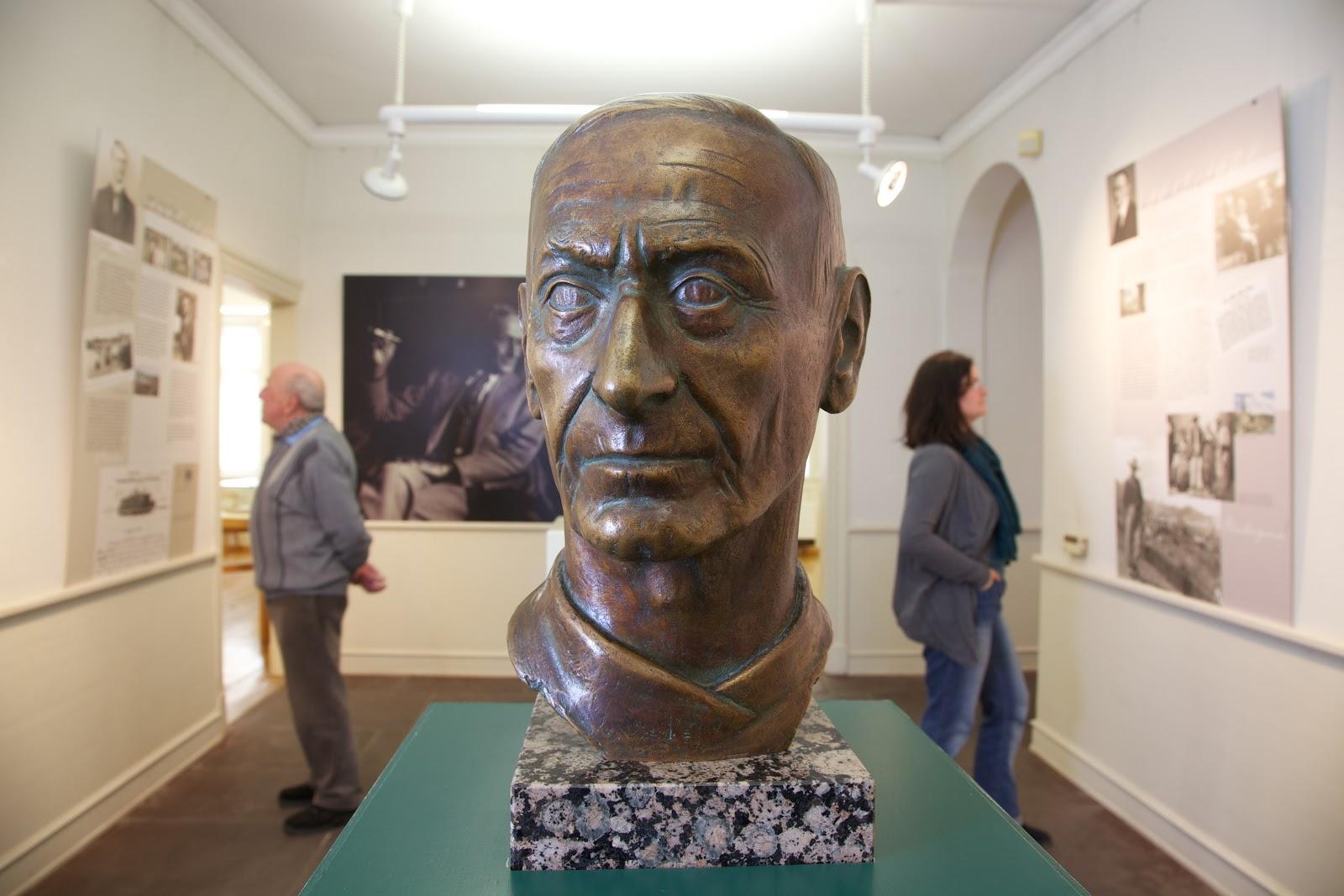 Skulpturen von Hermann Hesse stehen im Museum in Calw