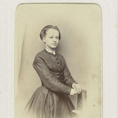 f175f3ddc297ad Studioportret van een jonge vrouw in een hoog gesloten zwarte jurk ...