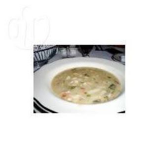 Puerto Ricaanse soep met spinazie, worst en bonen