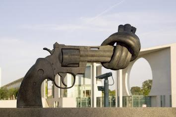 Verknotete-Pistole–Klein_7674587.jpg