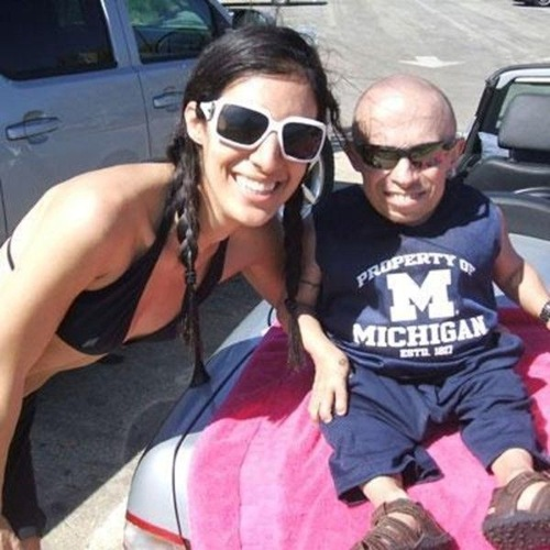 Verne Troyer y sus chicas (6)