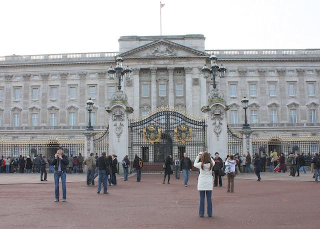 Pohled na Buckinghamský palác od památníku královny Victorie.