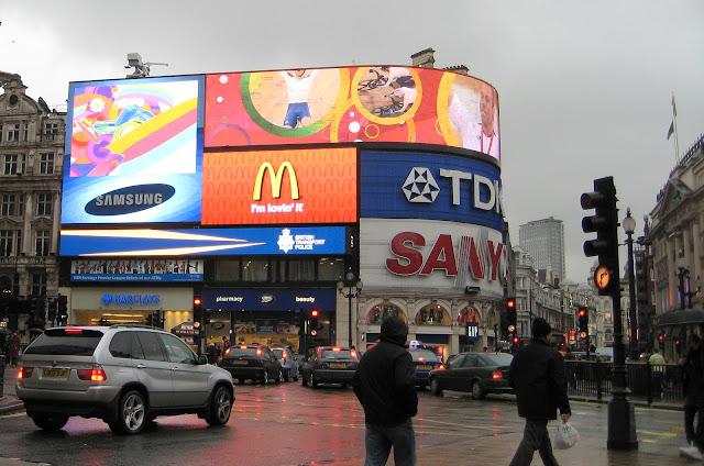 Světelné reklamy na náměstí Piccadilly Circus.