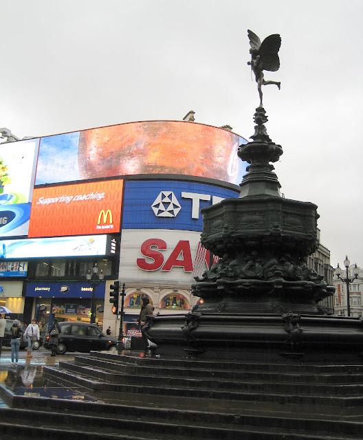 Socha Erose na náměstí Piccadilly Circus.