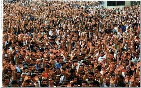 operários, em assembléia que encerrou a greve de protesto contra demissões e  contra redução da jornada de teabalho com diminuição de 15% dos salários, em novembro de