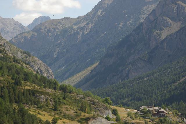 La vallée de l'Ubaye et le hameau de Saint-Antoine ; vue prise vers l'est depuis le rocher du Châtelet, 9 août 2009. Photo : J.-M. Gayman
