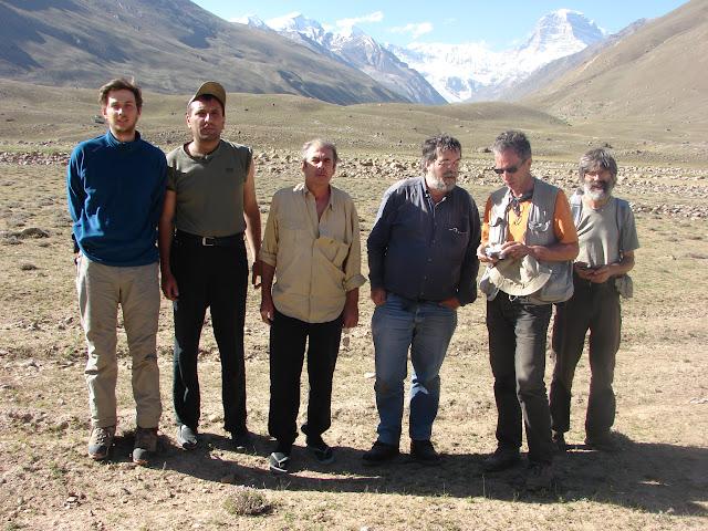 Lépidoptéristes de l'ALF, au sud de Jawshangoz, 4400 m, Pamir méridional. Au fond, le Mont Engels (6507 m), 19 juillet 2007 à 8h du matin. Photo : E. Zinszner