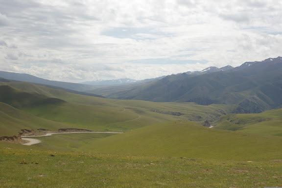 Col du Dolon (3100 m) : vue vers le Sud et sur la route vers Naryn et la Chine, 15 juillet 2006. Photo : J.-M. Gayman