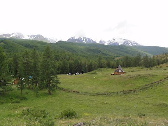 Dans la vallée d'Ak-Tru (1850 m), dans les Monts Yuzhno-Chuiskij, par mauvais temps, le 10 juillet 2010. Photo : B. Lalanne-Cassou