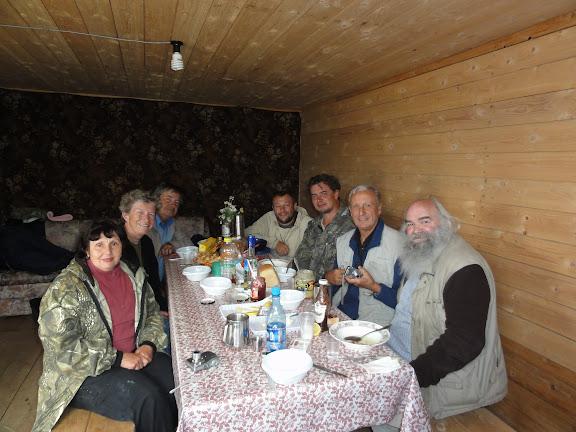 Diner au bord du lac Ozero Bezimyannoe (Chibitka ?) (2150 m). 11 juillet 2010. Photo : B. Lalanne-Cassou