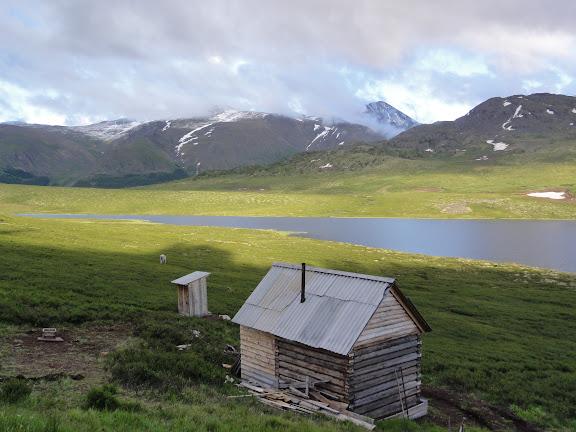 L'izba au bord du lac Ozero Bezimyannoe (Chibitka ?) (2150 m) dans les Monts Severo-Chuyskij (au nord d'Aktash). 11 juillet 2010. Photo : B. Lalanne-Cassou