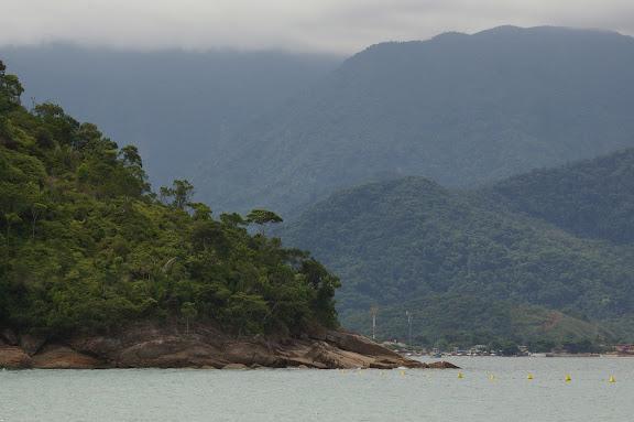 La côte près de Maranduba. Arariba se situe au pied de la montagne à l'arrière plan. 11 février 2011. Photo : J.-M. Gayman