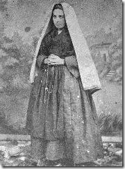 Bernadette debout avec capulet et chapelet