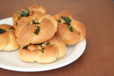 close-up photo of a plate of garlic knots