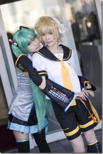 vocaloid 2 cosplay - hatsune miku and kagamine len