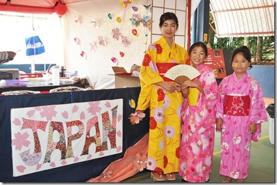 As alunas do International School of Curitiba, Maya Yamamoto (11), Rina Gotsu (10) e Saki Shimma (09) durante a Internationa Fair, que promoveu encontro de diferentes culturas.