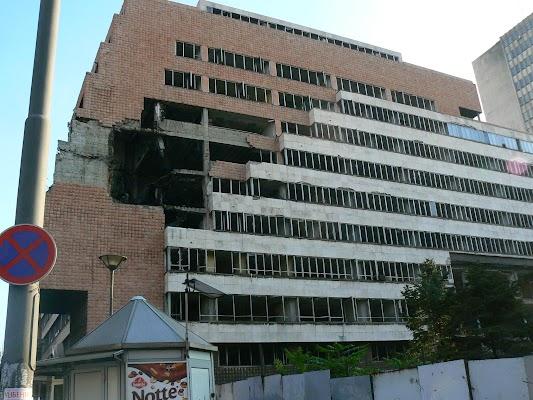 Imagini Serbia: Ministerul Apararii bombardat de NATO in Belgrad