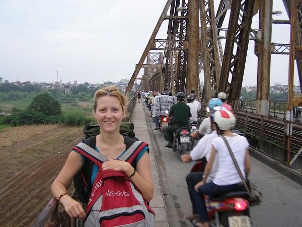 Obiective turistice Vietnam: pe pod in Hanoi