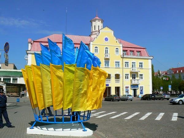 Obiective turistice Ucraina: steaguri ucraineene in Piata Rosie.JPG