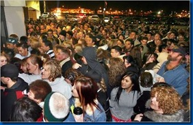 black-friday-crowd-4