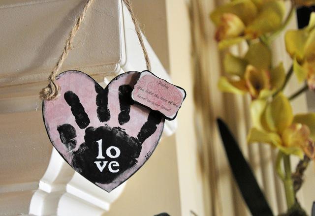 [Heart Hand Mantel 2[5].jpg]