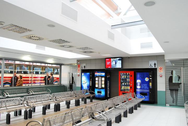 Las salas de espera climatizadas incluyen aseos, información y máquinas de vending