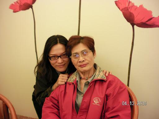 2010/04/13.我跟媽咪去市區的花漾複合式蛋糕店吃蛋糕喝咖啡,這是親切的店員幫我們母女拍的合照。