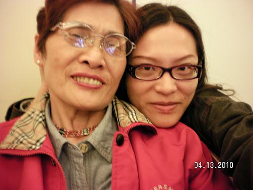 2010/04/13.我跟媽咪去市區的花漾複合式蛋糕店吃蛋糕喝咖啡,這是店員還沒來之前,我自己幫我們母女拍的合照,對不到焦,我看起來蠻拙的:P