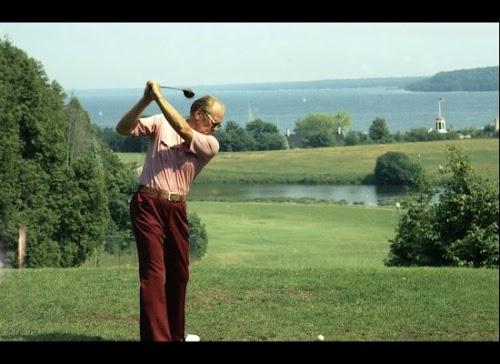 1975年7月13日,福特总统密歇根州度假时在湖边打高尔夫球。.jpg