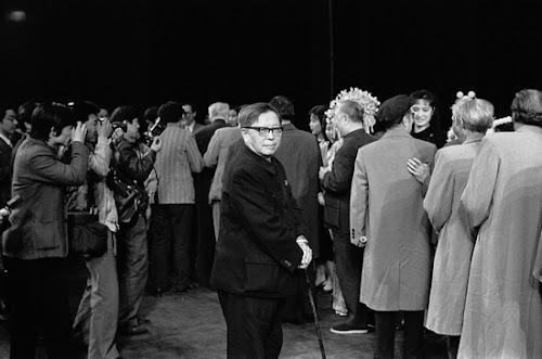 1987年4月15日,剧作家曹禺在第四届中国戏剧梅花奖颁奖典礼上。这张摄于曹禺先生晚年的照片,极为传神,曹禺后半生内心的苦闷、纠结、不甘和痛苦,以及他处境的尴尬,都令人惊叹地表现出来了——作为颁奖者,他仍然在台上,同时,他又是那么孤独。.jpg