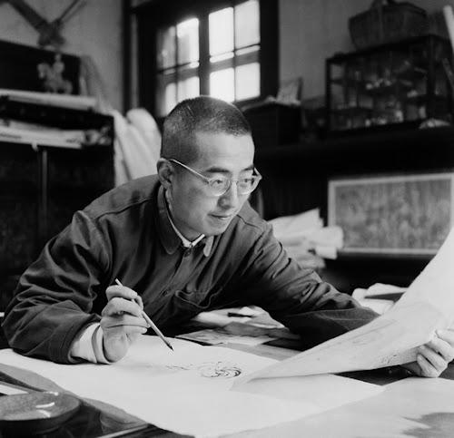 画家程十发在自家画室里创作。上海,1955年。.jpg