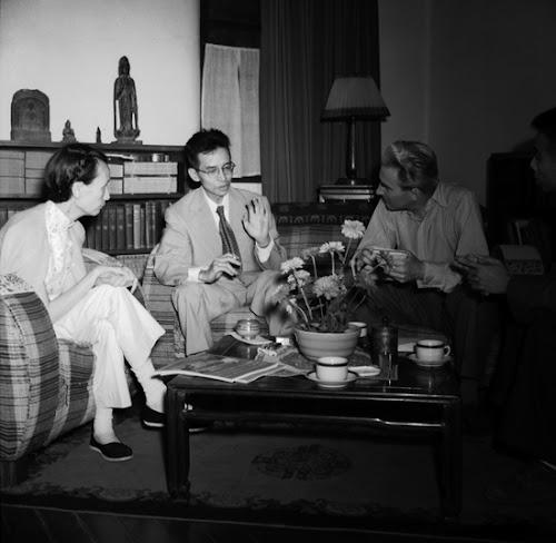建筑学家、作家梁思成(左二)和林徽因(左一)夫妇在清华园家中会见英国建筑师斯金纳。北京,1952年9月14日。当时,林徽因已经48岁,三年后去世。.jpg