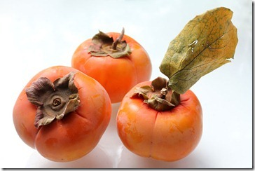 101126_fuyu_and_hachiya_persimmons